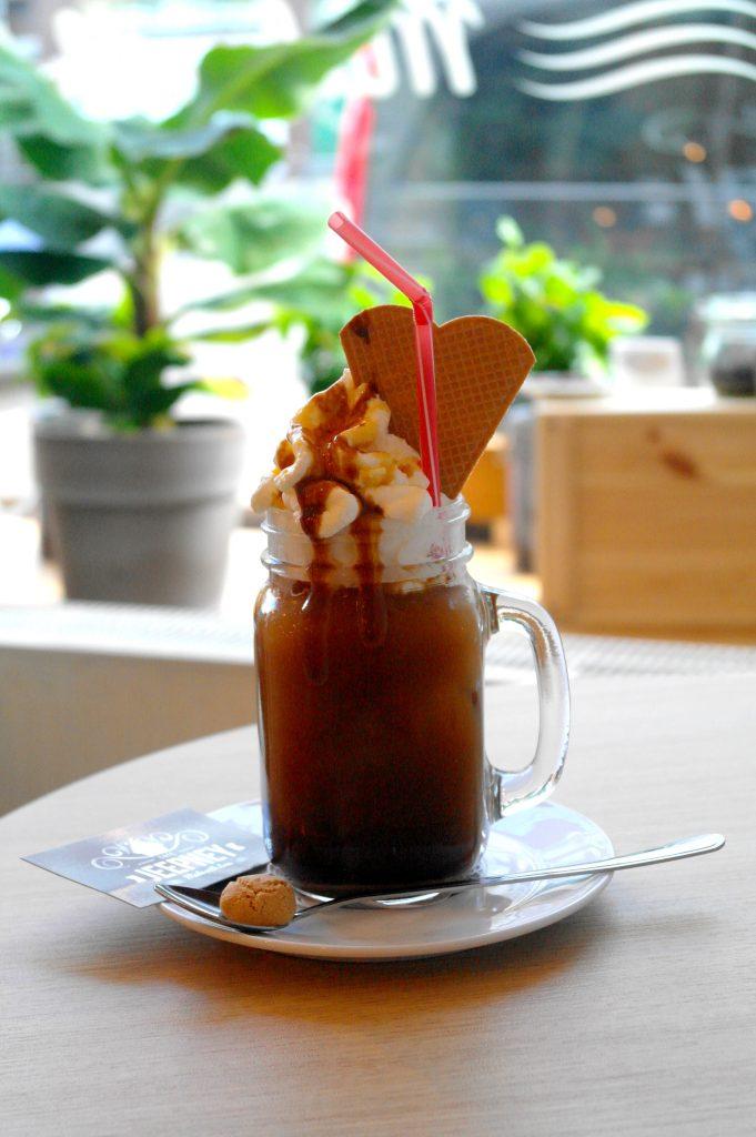 Eiskaffee: Frisch gebrühter Kaffee Americano mit Vanille-Eiscreme